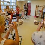 Leerlingen van de Wilhelminaschool tijdens de koperblaaslessen op school
