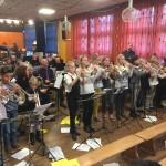 De leerlingen van de Wilhelminaschool tijdens het concert met de Harmonie in de Eekmolen